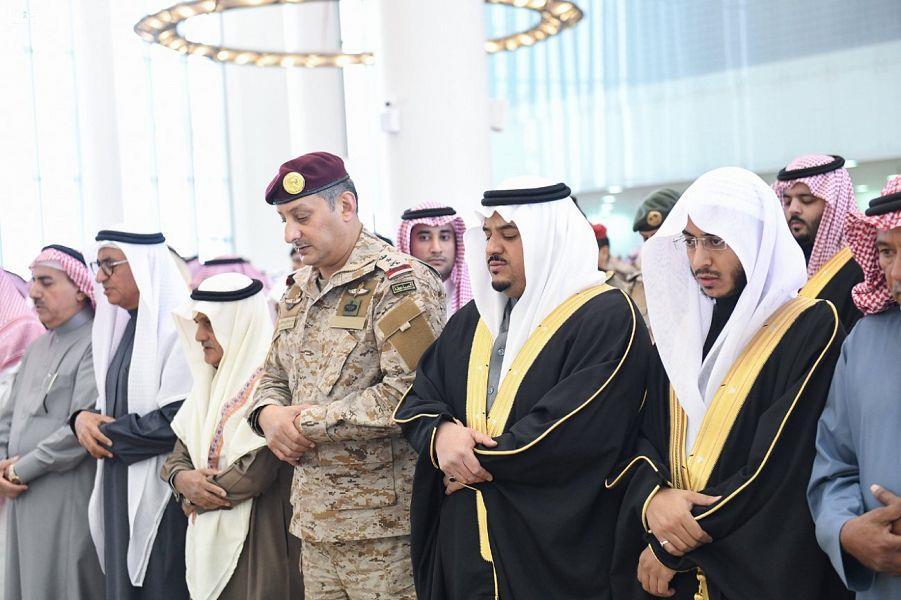 """بالصور.. نائب أمير الرياض يتقدم المصلين على الشهيدين """"المهيدب"""" و""""العتيبي"""" وينقل لذويهما تعازي القيادة"""