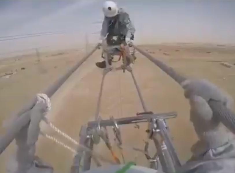شباب سعوديون بشركة الكهرباء معلّقون في الهواء