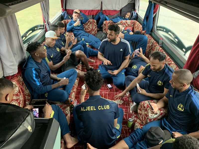 بالصور.. حافلة فريق سعودي مصممة على شكل جلسات عربية!