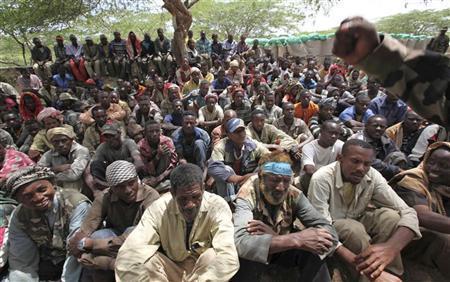 أفراد في حركة الشباب بعد الاستسلام للقوات الحكومية