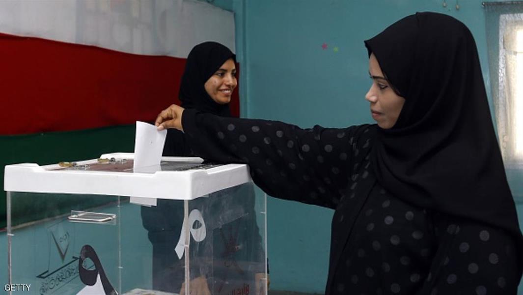 عمانية تدلي بصوتها في مركز انتخابي بمسقط