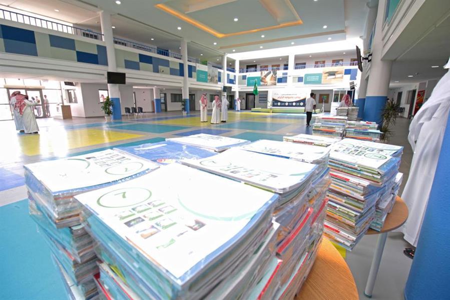 """صور.. """"التعليم"""" تنهي توزيع الكتب الدراسية للفصل الدراسي الثاني على جميع المدارس"""