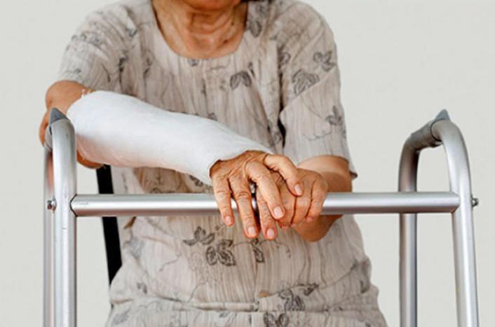إرشادات لحماية كبار السن من التعرض للكسور خلال الشتاء