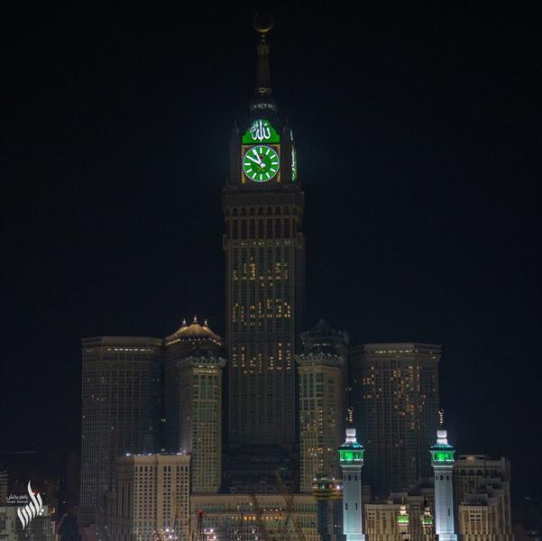 """برج الساعة يُضيء بعبارة """"كيف نكون قدوة"""""""