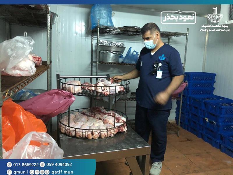 """""""بلدية القطيف"""" تغلق مطعمًا في إحدى المزارع يقوم بتجهيز الولائم وتوزيعها على المطاعم"""