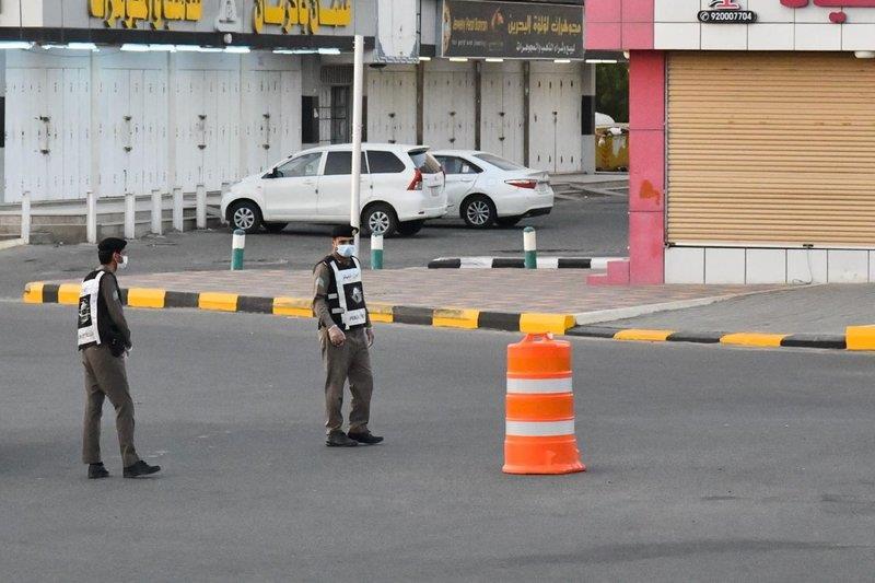 محافظ المجاردة يشارك رجال الأمن وجبة الإفطار في الميدان