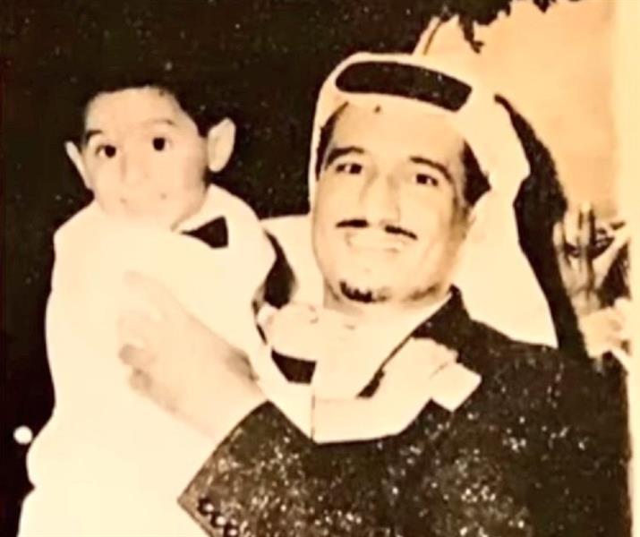 أخبار 24 صورة قديمة في الستينيات للملك سلمان وهو يحمل ابنه