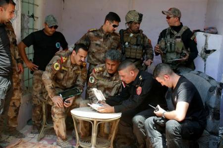 ضباط بالجيش العراقي يشاهدون شريطا مصورا نقلته طائرة بدون طيار