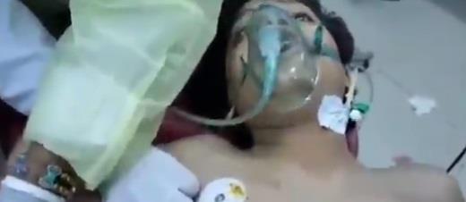 طفل يمني ينفث أنفاسه من صاروخ باليستي أطلقته مليشيا الحوثي