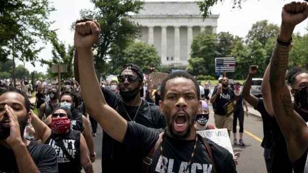 """عشرات الآلاف يحتجون في أنحاء الولايات المتحدة ضد العنصرية و""""وحشية الشرطة"""""""