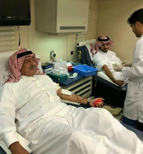الأمير مقرن بن عبدالعزيز ونجله يتبرعان بالدم للجنود المصابين