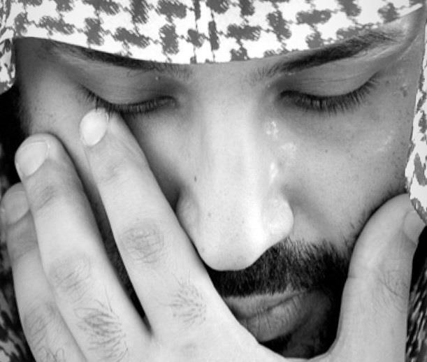 صورة مؤثرة لولي العهد أثناء دفن الأمير طلال بن سعود