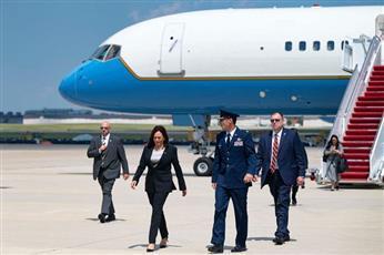 في أول زيارة خارجية لها ، تعطلت طائرة نائب الرئيس الأمريكي ، مما أجبرها على العودة