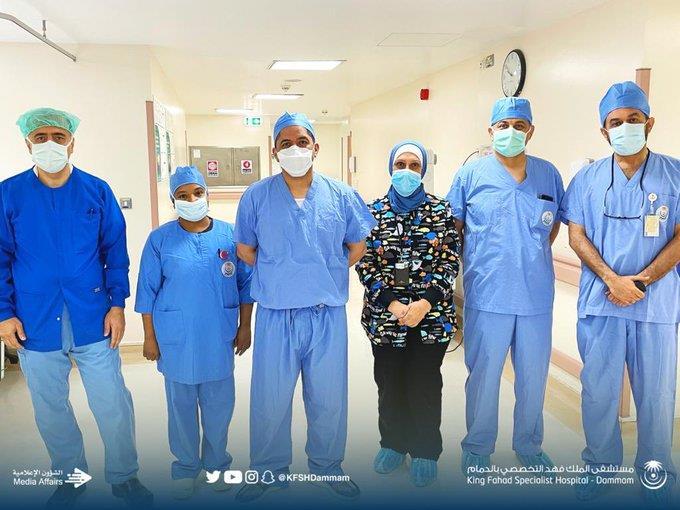 """فريق طبي بـ""""تخصصي الدمام"""" يجري عملية نادرة"""