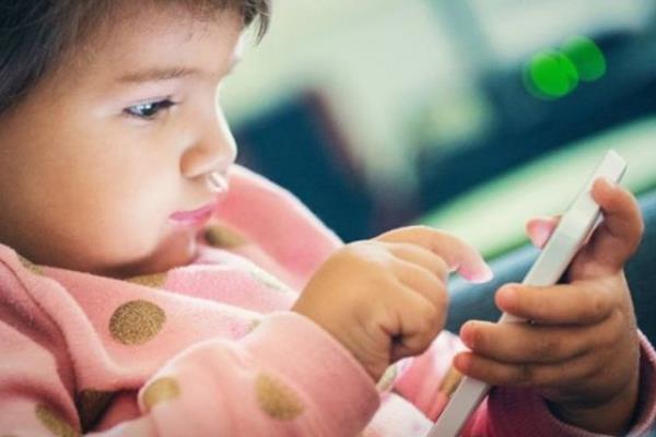 """""""أخصائي أطفال"""": إدمان الأجهزة الذكية والإنترنت لا يسبب """"التوحد"""".. وهذا هو المعدل المناسب لاستخدامها"""