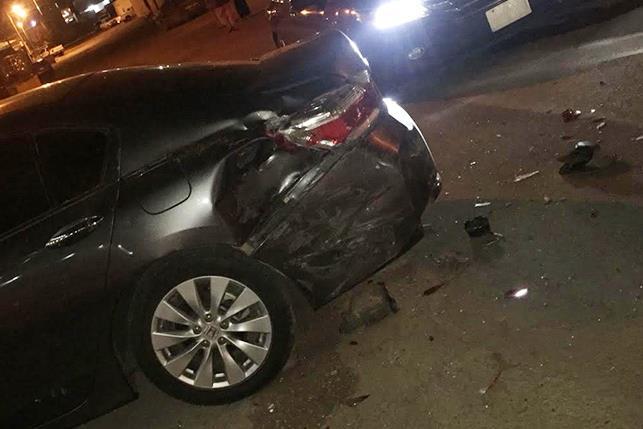 """مواطن يلاحق """"حدثاً"""" فحط أمام منزله وصدم سيارتيه بطريف (صور)"""