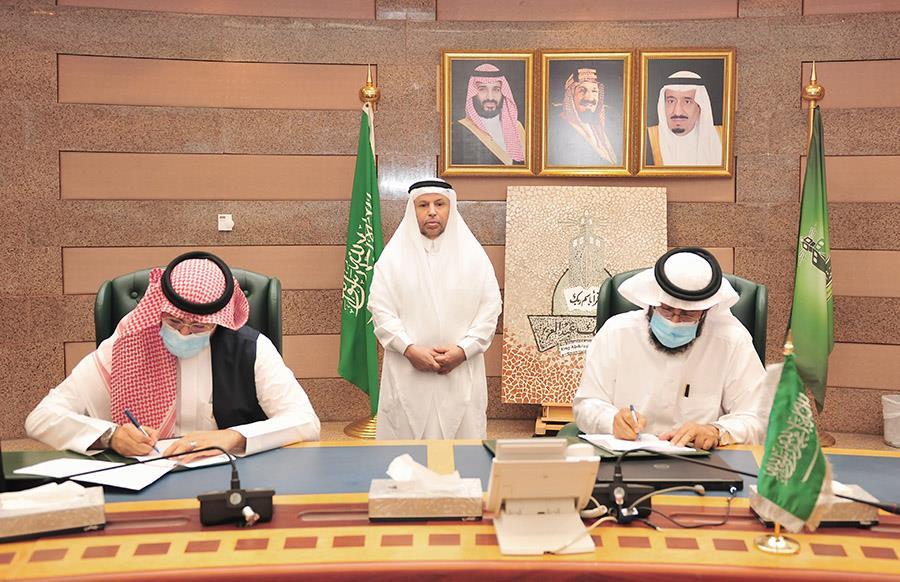 """لتوصيل البطاقات البنكية وخدمات الطلبة.. """"جامعة الملك عبد العزيز"""" تبرم اتفاقية تعاون مع البريد السعودي"""
