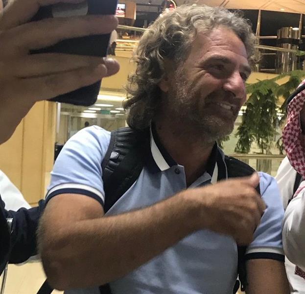 بالفيديو والصور.. مدرب النصر الجديد يصل إلى الرياض