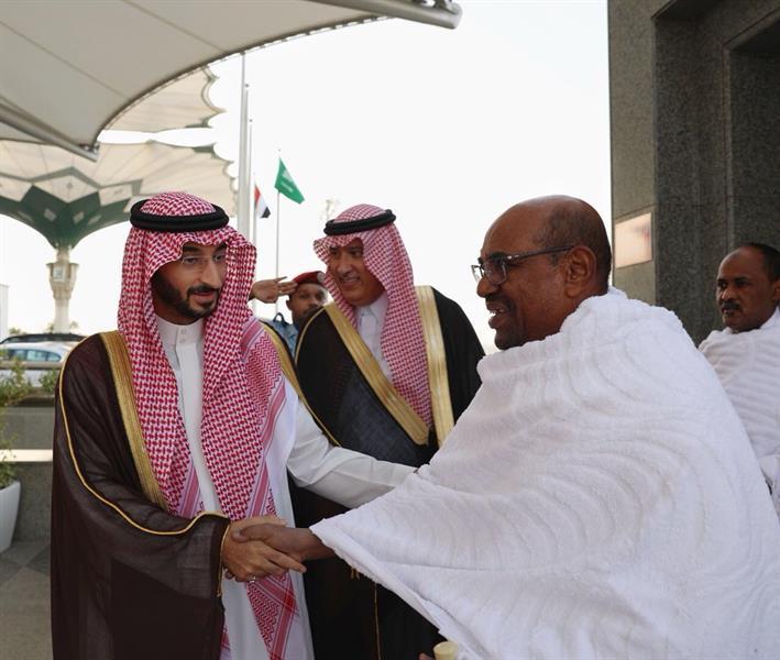 الرئيس السوداني يصل محرما إلى جدة لأداء مناسك العمرة