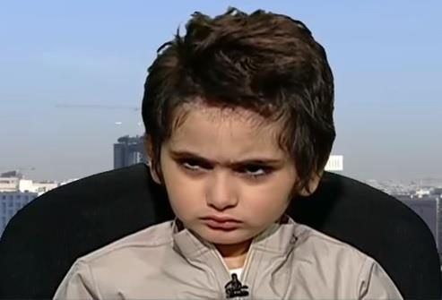 """شاهد.. طفل يضيق ذرعاً بمقابلة مع """"العربية"""" وينهيها غاضبا: """"أزعجتوني"""""""