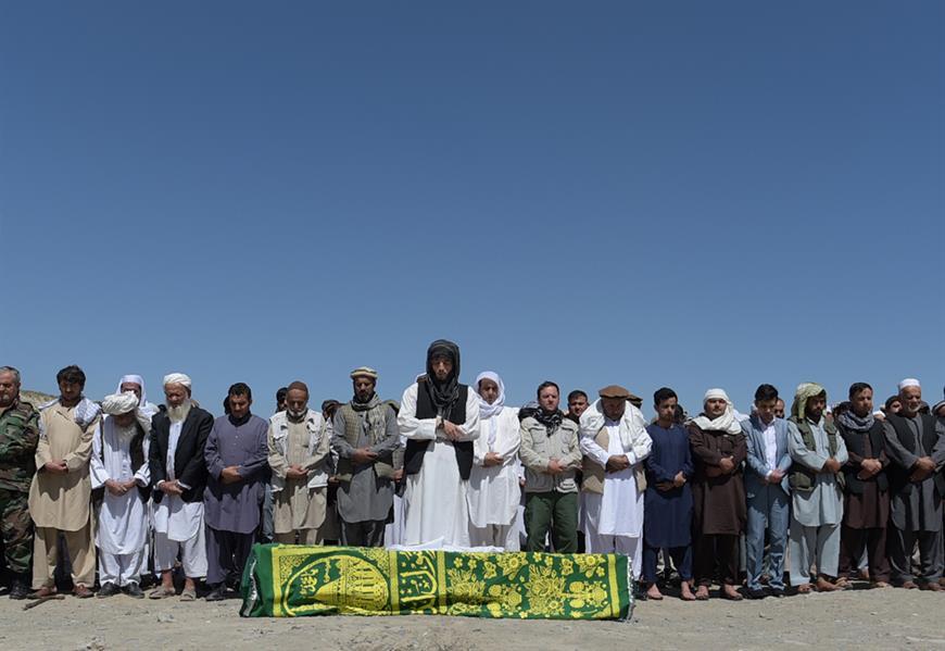 مشيعون أفغان يصلون أمام نعش الضحايا الـ 80 الذين لقوا مصرعهم في كابول في 1 يونيو بانفجار شاحنة مفخخة