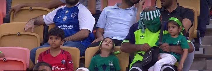 شاهد.. لقطة طريفة من طفلة صغيرة في مباراة الأهلي والعروبة