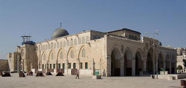 سلطات الاحتلال تقوم بترحيل اثنين من الأسرى المحررين من المسجد الأقصى المبارك