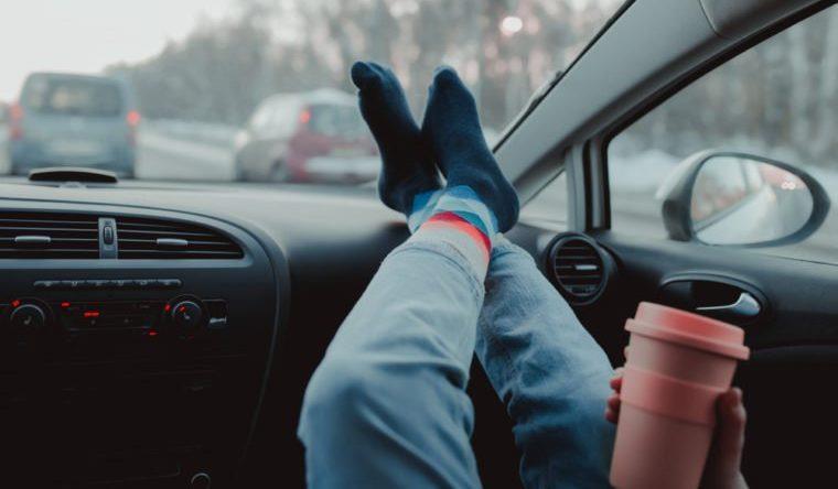 """منها كسر مفصل الحوض.. تعرف على مخاطر وضع الأقدام على """"تابلوه"""" السيارة أثناء القيادة"""