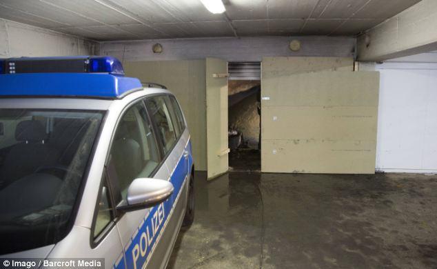 شرطية ألمانية تقف على مدخل النفق