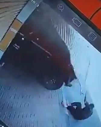 القبض على شخص دهس مقيماً أمام محله التجاري وهرب في الشرقية