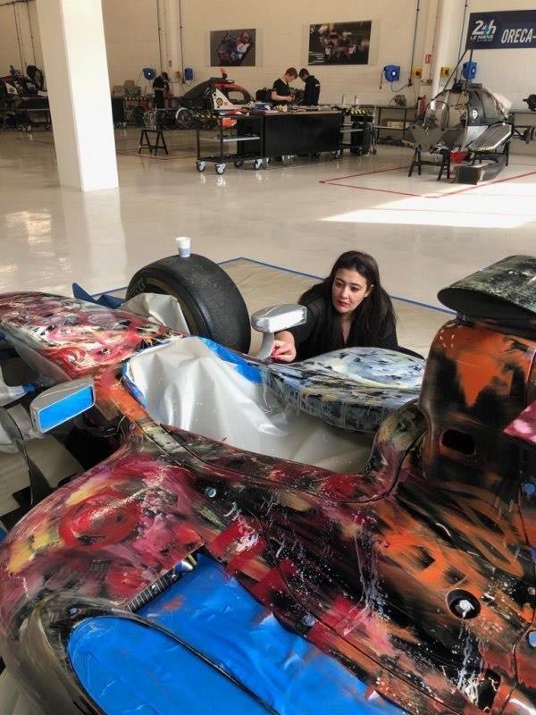 """""""أمانة جدة"""" وفنانة تشكيلية يطلقان مبادرة لتزيين السيارات المتهالكة بلوحات فنية"""
