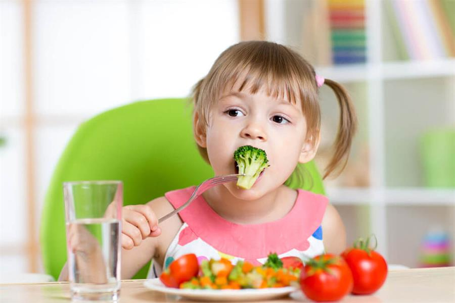 طعامهم في الصغر = صحتهم عند الكبر.. نصائح مهمة لتغذية طفلك