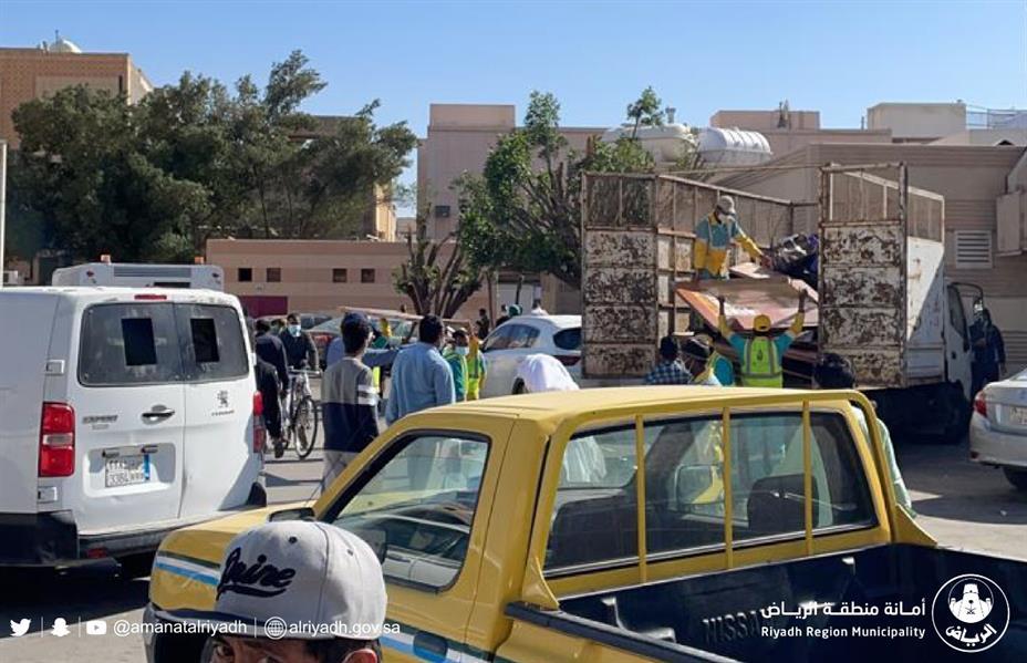 """بعد إصرار مسؤوليه على تجاهل التعليمات.. """"أمانة الرياض"""" تغلق سوق اللحوم في البطحاء (صور)"""