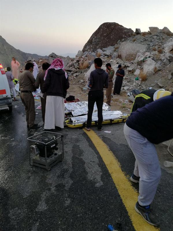 """سقوط """"ميكروباص"""" من عقبة بالباحة يقتل 8 ويصيب 7 من العمالة الوافدة (صور)"""