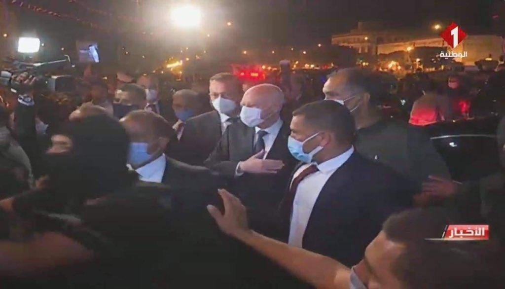 الرئيس التونسي يتجول في شوارع العاصمة بعد قراراته الأخيرة