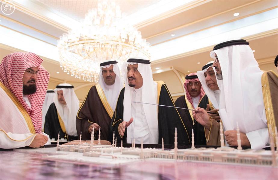 خادم الحرمين الشريفين يطلع على العرض الخاص لمشروعات توسعة الحرم النبوي والمنطقة المركزية