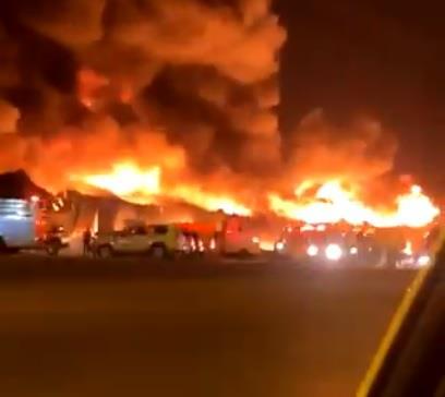 حريق هائل في عدد من المستودعات على طريق الرياض الخرج