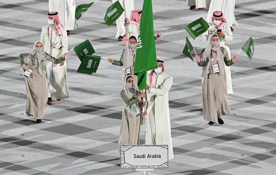 حسين رضا وياسمين الدباغ يرفعان العلم السعودي بحفل افتتاح أولمبياد طوكيو
