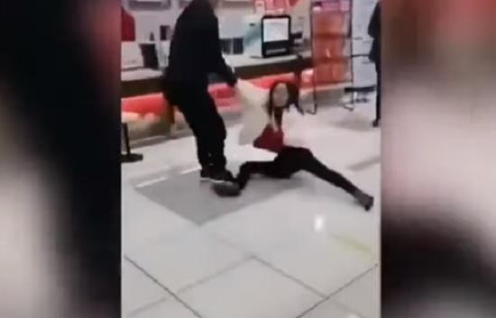 فتاة رفضت ارتداء قناع صحي أثناء دخولها متجر في الصين