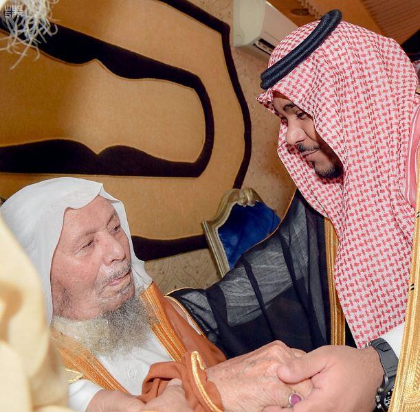 أمير نجران يطمئن على صحة الشيخ المكرمي