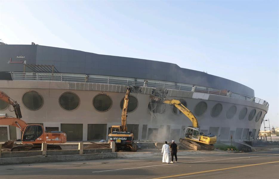صور.. أمانة جدة تزيل مبنى السفينة على طريق الملك عبدالعزيز بسبب مخالفات