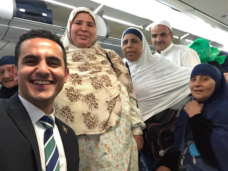 مضيف طيران مصري يعزم ركاب طائرة كاملة