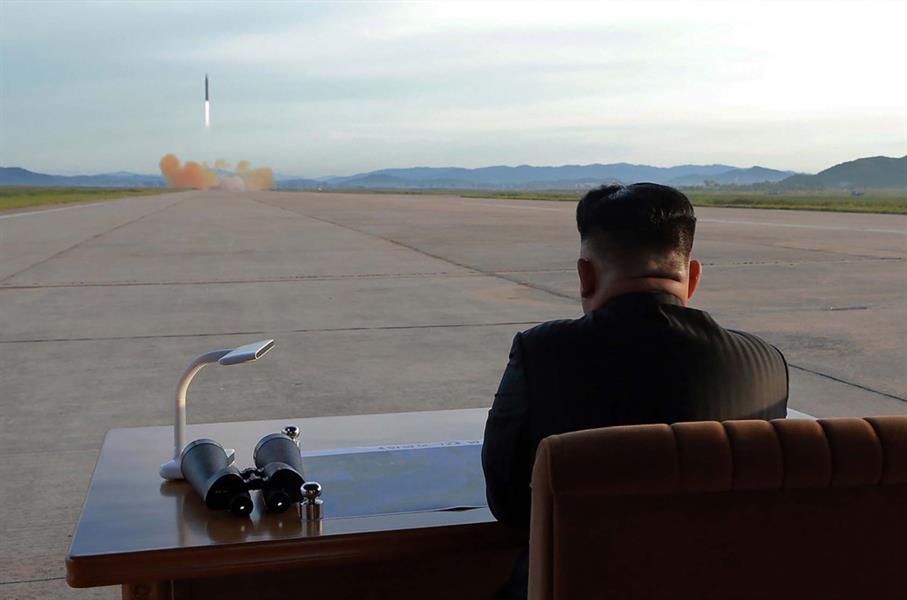 صورة غير مؤرخة نشرتها وكالة الأنباء الكورية الشمالية في 16 سبتمبر لكيم جونغ أون يراقب على ما يبدو إطلاق صواريخ باليستية في مكا