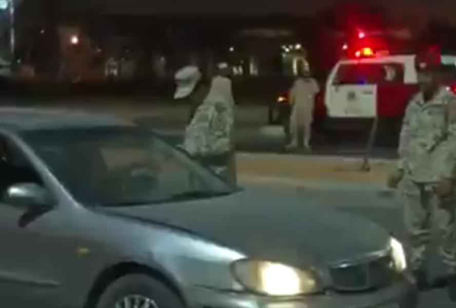 الحرس الوطني يستوقف إحدى المركبات خلال وقت منع التجول