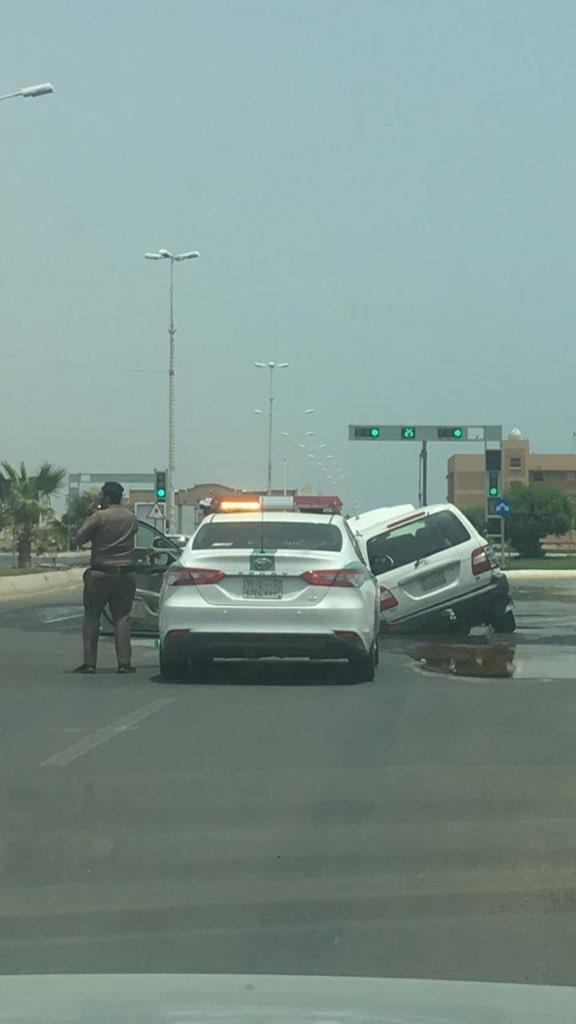 """""""أمانة جازان"""" تُصدر بياناً بشأن الصور المتداولة لسقوط عددٍ من المركبات في حفرة على أحد الطرق الرئيسية"""