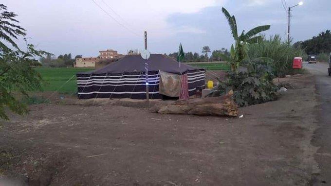 صورة لخيمة عليها العلم السعودي أقامها مصري على أرضه الزراعية بعد عودته لبلاده تلفت الأنظار