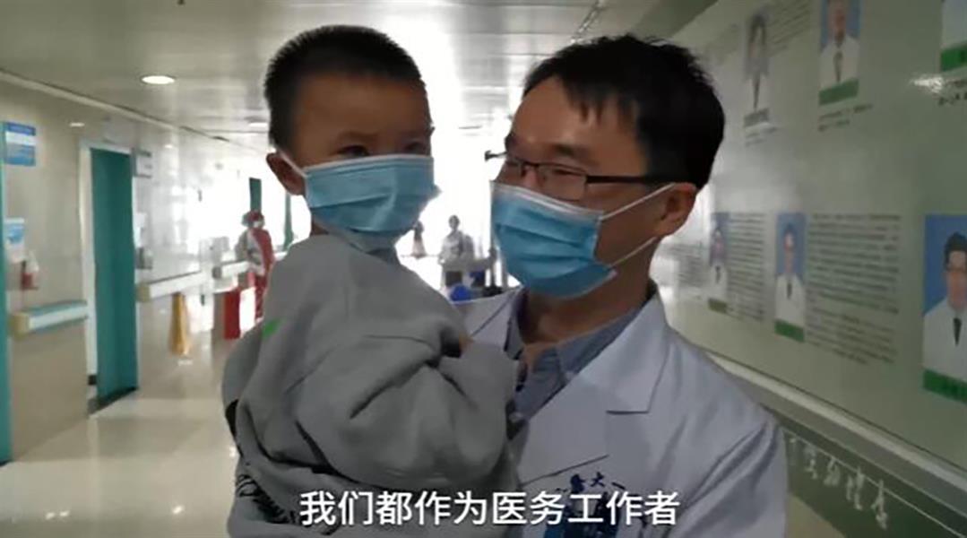 نال وساماً على فعلته.. طبيب صيني يترك عروسه وحفل زفافه لهذا السبب