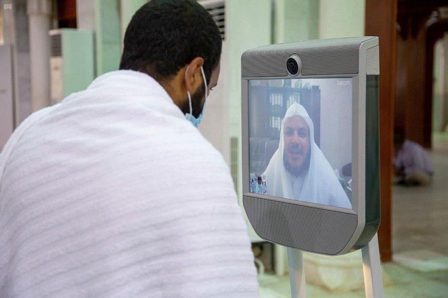 روبوت إلكتروني يقدم خدمة الفتاوى في مسجد نمرة