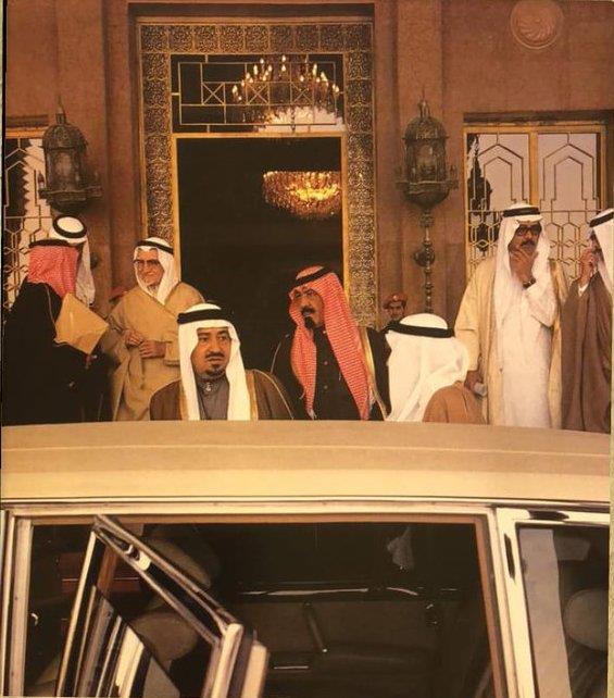 صورة تاريخية للملك خالد والملك عبدالله في قصر الناصرية بالرياض