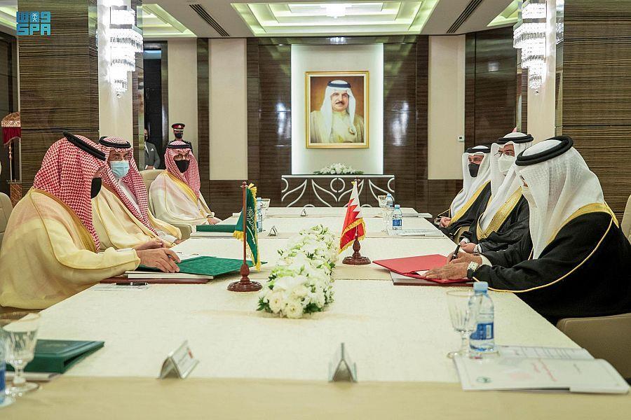 الأمير عبد العزيز بن سعود ووزير الداخلية البحريني يرأسان الاجتماع الأول للجنة التنسيق الأمني والعسكري